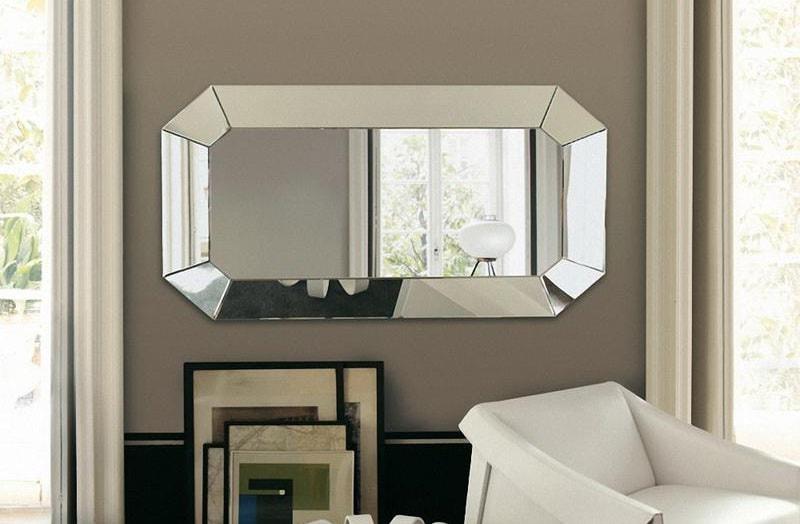 Зеркало на стене