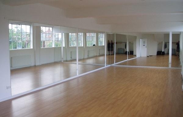 Зеркало в танцевальном зале